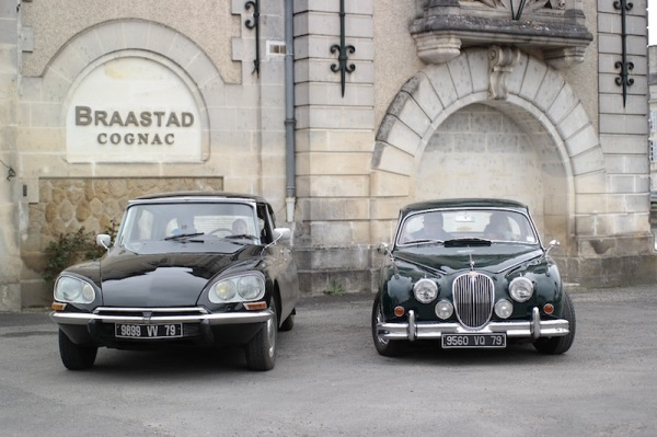 Jag MK2 & Citroen DS in front of Cognac chateau